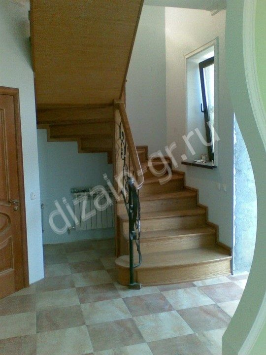 лестница поворотного типа с коваными балясинами