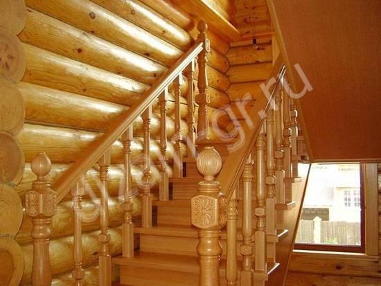 Традиционная лестница из массива дерева