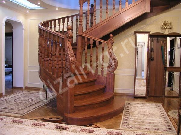 Лестница с резными балясинами