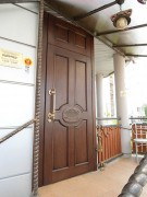 Входная дверь с резным декором