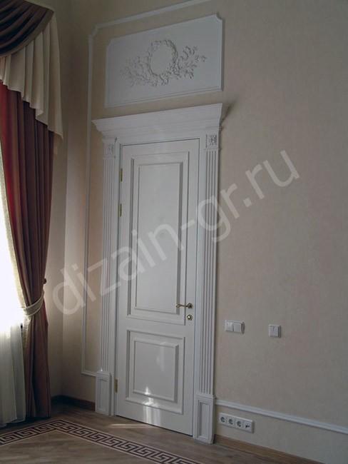 Белая межкомнатная дверь с декором