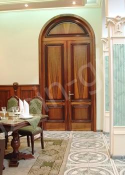 Двустворчатая дверь, с арочной фрамугой