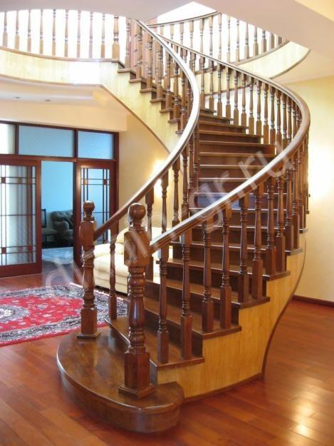 междуэтажная криволинейная деревянная лестница